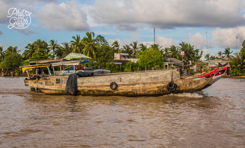 Mekong_Delta_boat_on_river_2