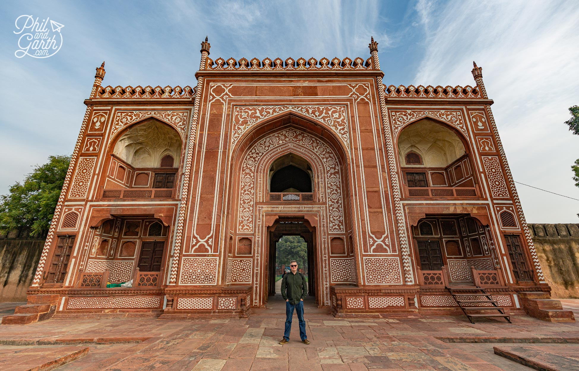 Phil at the entrance gate of I'timād-ud-Daulah