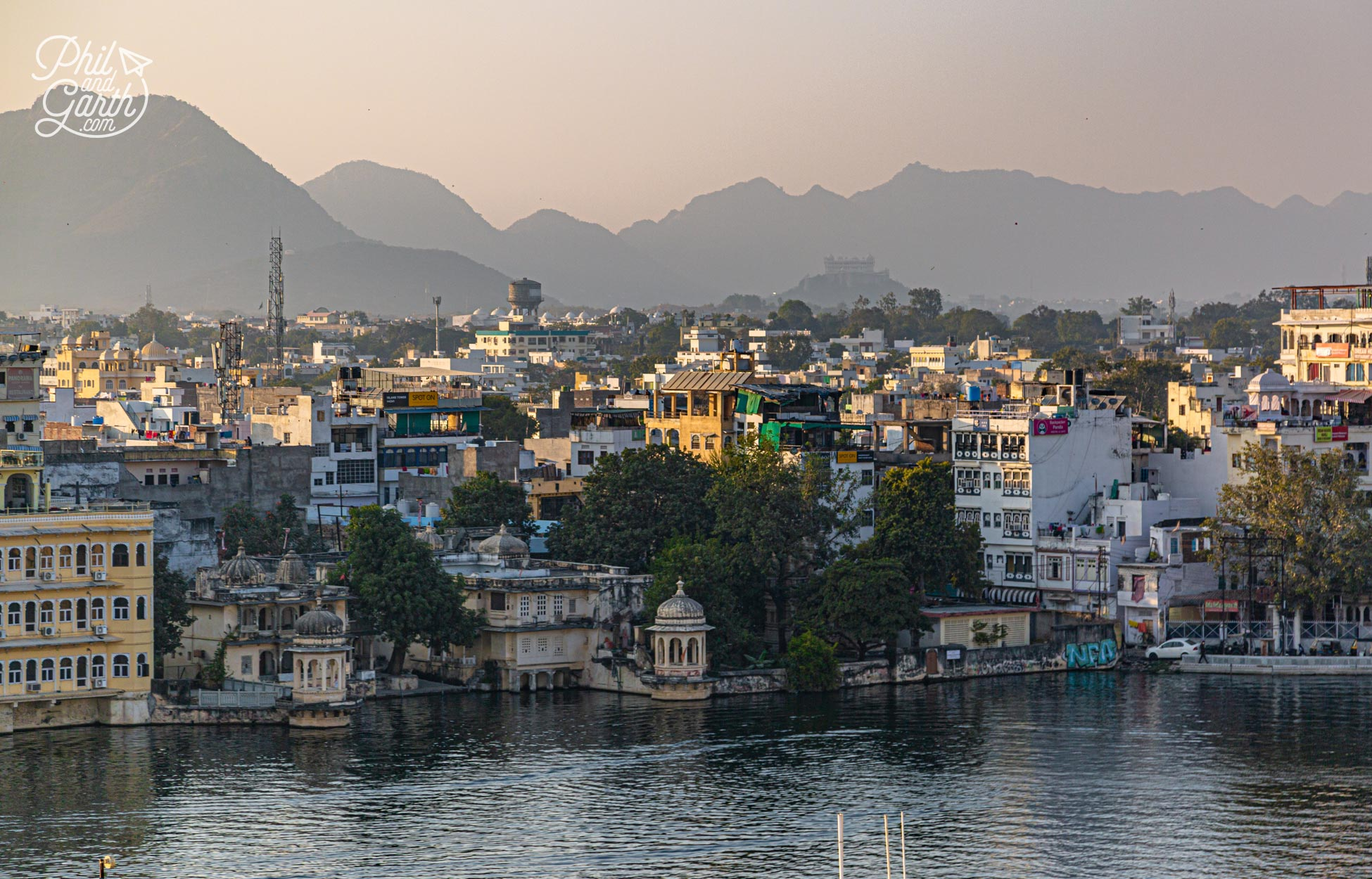 Built on the shore of Lake Pichola, Udaipur is surrounded by the dramatic Aravalli mountains